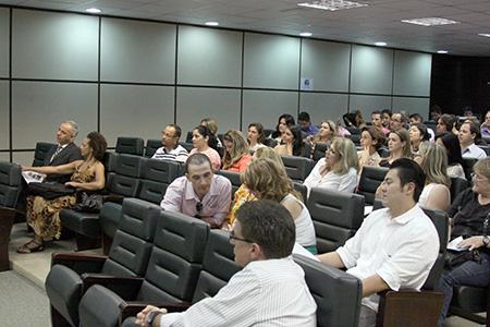 imagem mostra a plateia composta por oficiais de justiça, acompanhando o curso