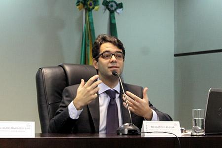 Civilista Rafael Pettefi da Silva fala durante evento na Escola Judicial