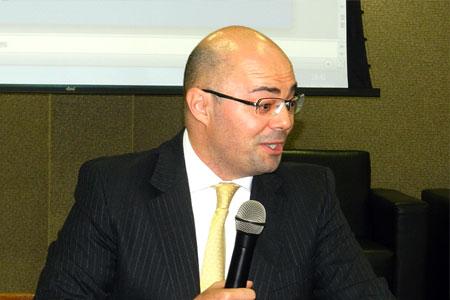 Foto do Professor Eduardo Sabbag durante sua fala no curso em Maringá.