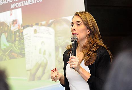 Foto em plano médio da professora convidada do colóquio, Gabriela Neves Delgado, durante seu discurso no Auditório da Escola Judicial do TRT-PR.