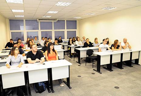 Foto mostra alunos na sala de aula durante realização do curso.