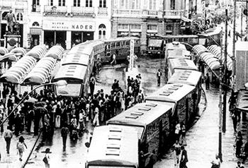 Foto histórica traz imagem em plano geral do trânsito no centro da cidade de Curitiba.