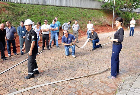Imagem traz voluntários durante treinamento de combate a incêndio.