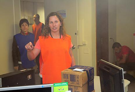 Em simulação de incêndio, servidora voluntária organiza a evacuação do prédio