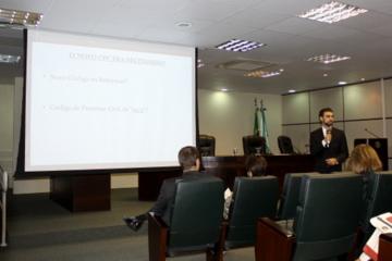 Foto mostra o palestrante Gustavo Osna durante curso no auditório da EJ