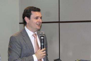 Foto traz o palestrante Sérgio Cruz Arenhart durante sua fala sobre competências