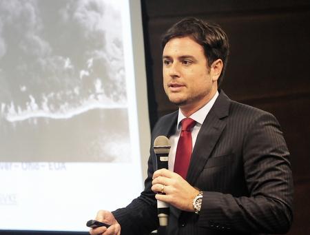 Imagem traz advogado Rômulo Silveira da Rocha Sampaio durante sua participação no evento