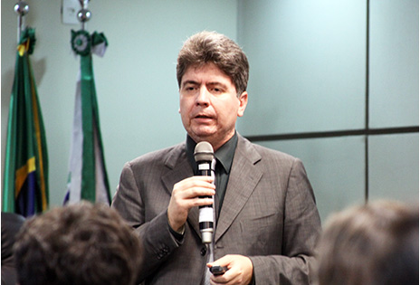 Imagem traz Professor Marco Antônio César Villatore durante evento