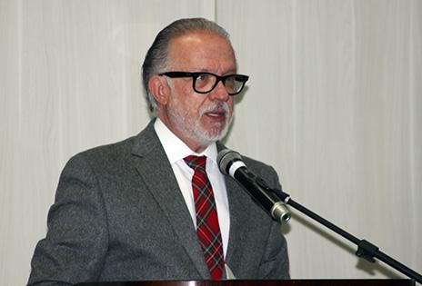 Imagem em primeiro plano traz Professor Luiz Rodrigues Wambier durante a conferência