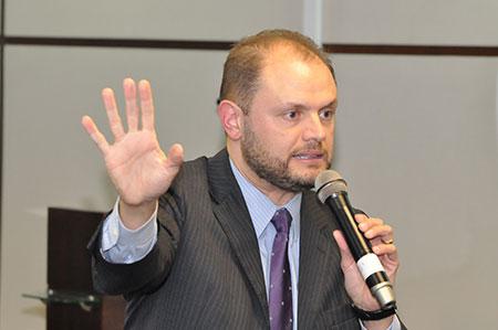 Fotografia traz Professor Doutor Vicente de Paula Ataíde Jr durante sua palestra no Curso Avançado no Novo CPC