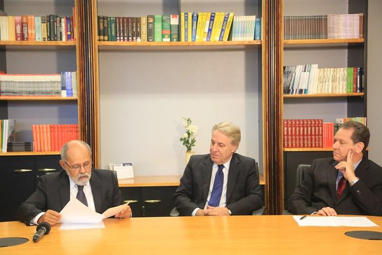 Fotografia traz ministros na assinatura do acordo