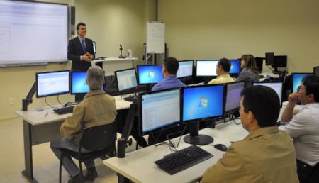 Fotografia traz juízes durante o curso, no laboratório da Escola Judicial