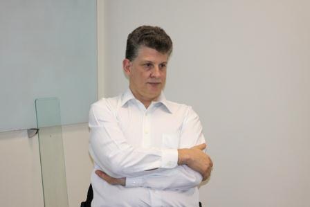 Imagem traz Juiz Luciano Coelho durante o curso