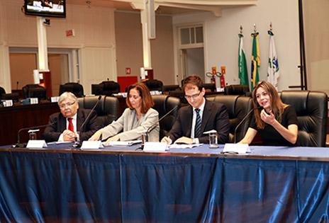 Professor Carlos Alberto Molinaro, desembargadora Sayonara Grillo, juiz Thiago Mira de Assumpção e professora Daniela Muradas Reis