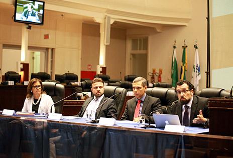 Procuradora Aldacy Rachid Coutinho, juízes Rodrigo da Costa Clazer e Leonardo Vieira Wandelli e professor Carlos Luiz Strapazzon