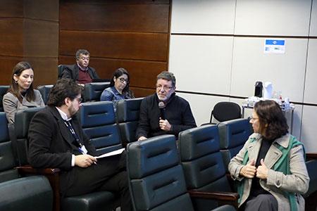 imagem fechada mostra magistrados sentados participando do debate tendo ao centro o dr Reginaldo Melhado usando o microfone