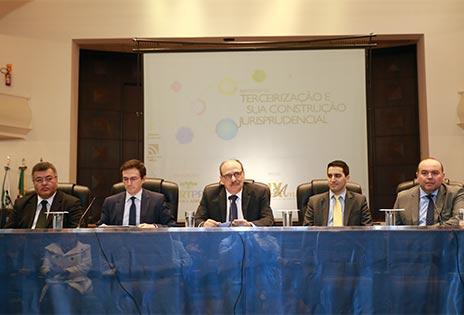 Presidente do TRT-PR, desembargador Arnor Lima Neto (centro), abriu o evento