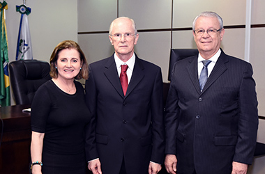 Des. Marlene T. Fuverki Suguimatsu, professor Manoel Antonio Teixeira Filho e Des. Altino Pedrozo Santos
