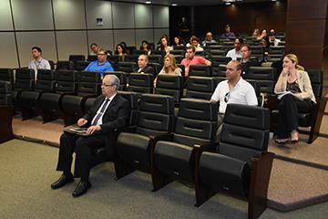 Participantes de atividade presencial no auditório da EJ