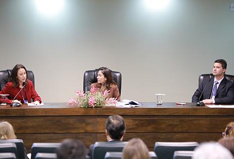 Da esquerda para a direita: servidora Débora Proença,  desembargadora Eliney Veloso (presidente do Coleouv) e servidor Marcelo Iansen Loureiro