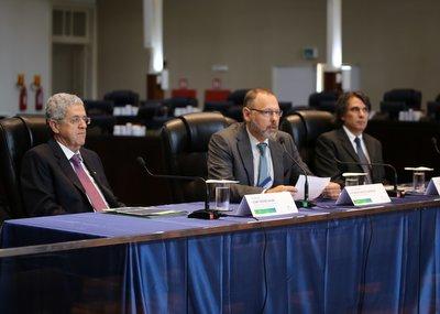Juiz Eduardo Milléo Baracat entre os palestrantes Elias Thomé Saliba e Luís Fernando Lopes Pereira